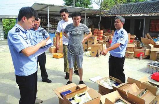 民警在清查假酒。 图片由吴中公 安分局提供