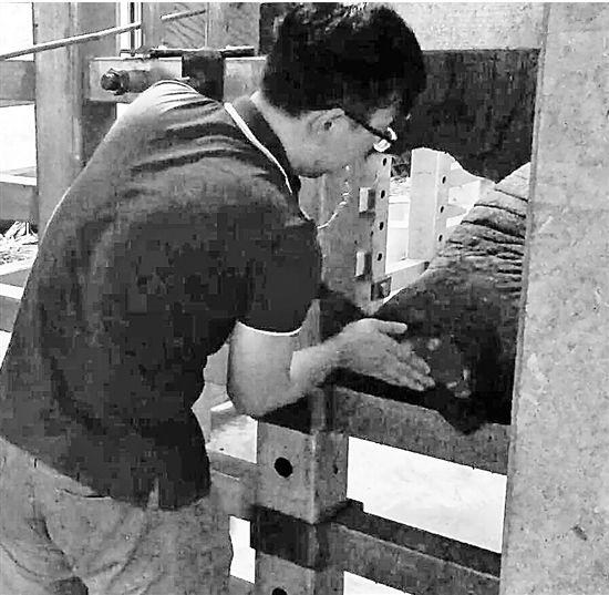 动物园保育员:十天修一只大象脚 锉刀半臂长