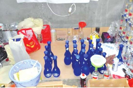 现场缴获的假酒及制假工具。  图片由吴中公安分局提供