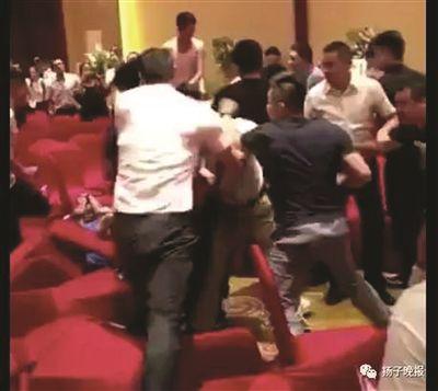 苏州一楼盘因摇号起冲突 保安队长打伤购房父子
