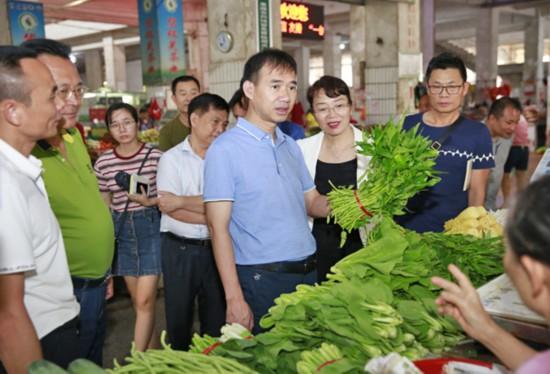 朱洪武到那大城区检查易涝小区和商超农贸蔬菜市场保供稳价准备工作