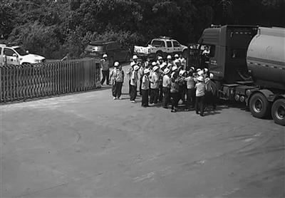 镇江句容拆违现场油罐车突然驶出 司机被暴揍
