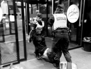 瑞典警方被指粗暴对待中国游客回应:瑞典方面已采取措施