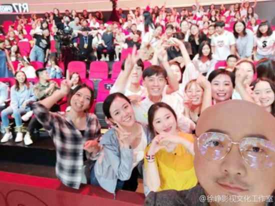 徐铮与观众自拍光头抢镜 被调侃:凌晨三点为大家打灯