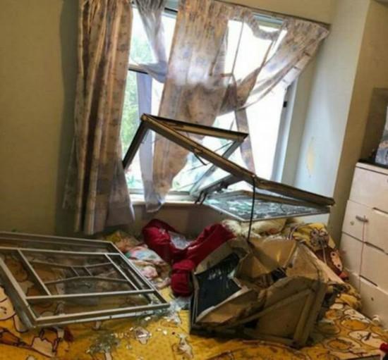 台风过后灾民家中一片狼藉 张柏芝亲自帮助清扫获赞