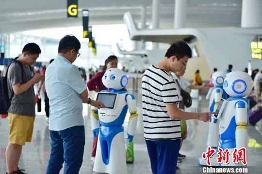 """广州白云机场上线""""云朵""""智能机器人可多语种交互"""