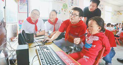 学而思网校老师指导昭觉县学生使用人工智能教学系统。    资料图片