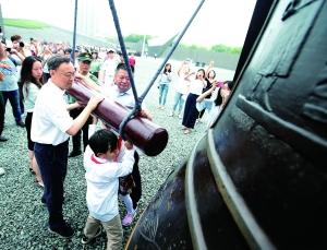 """""""九一八""""事变纪念日 南京市民撞响和平大钟"""