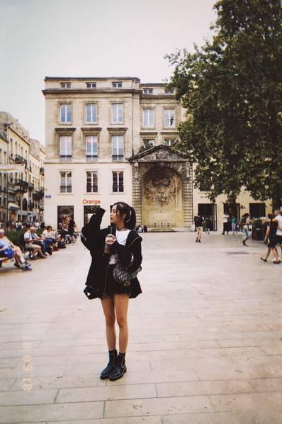 吳宣儀晒法國游玩照片 妝容精致穿短褲秀長腿