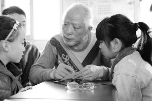 常州老人自学刻纸20多年 在6所中小学开刻纸班