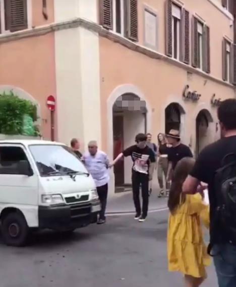 鄧倫國外街頭遇老人過馬路,一個動作被贊超暖心
