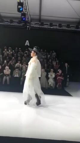 一席白色薄紗裙上身 你不說我真看不出來這是陳志朋