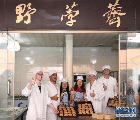 #(社会)(2)手工传统月饼受欢迎