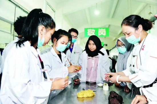 淮安部分外国留学生、少数民族学生动手做月饼