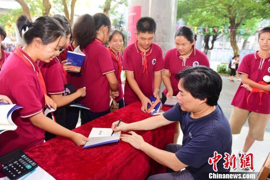 作家、编辑家、语文教育家叶开为桂林中学生签名售书。 李显杨摄
