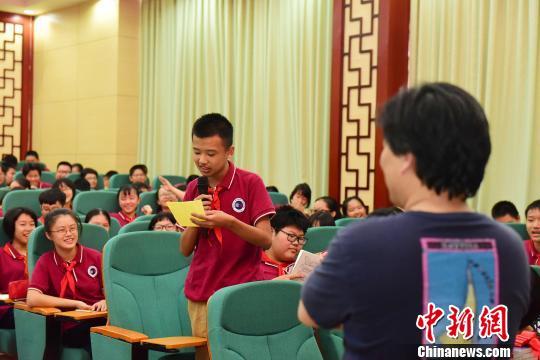 作家、编辑家、语文教育家叶开与桂林中学生互动。 李显杨摄