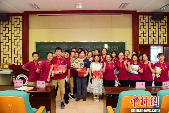 作家、编辑家、语文教育家叶开与百年老校桂林中学师生合影。 李显杨摄