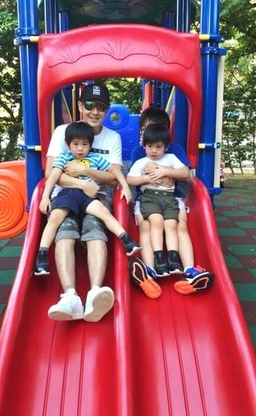 林志颖一家五口公园游玩 娇妻陈若仪长腿抢镜