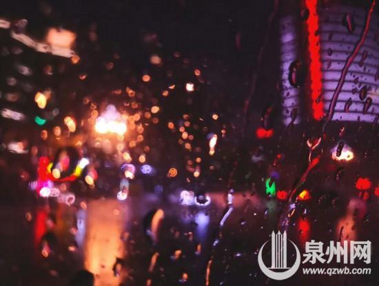 """泉州:大雨倾盆而下 化成绚丽多彩的""""烟花雨"""""""