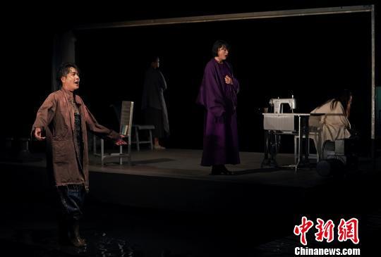 张若昀领衔话剧《三姐妹・等待戈多》用游戏心态表演