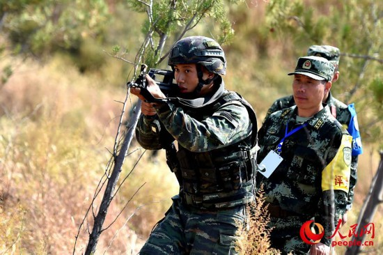 参赛队员在进行搜索识别射击课目比武。曹峰摄