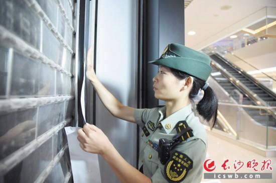 昨日,长沙消防执法监督员对私改消防门的经营门店实施临时查封。  长沙晚报记者 刘琦 摄