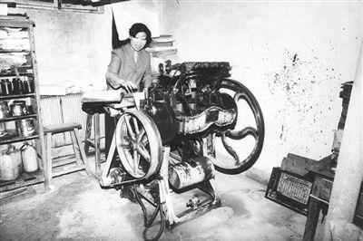 <p>  上世纪50年代,宁夏第一个印刷厂——宁夏日报印刷厂的工人在操作圆盘印刷机。                    宁夏报业传媒印刷集团有限公司 提供</p>