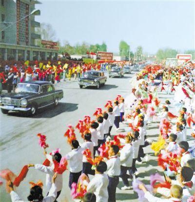 <p>  1978年,宁夏回族自治区成立20周年之际,宁夏各族群众在银川市热烈欢迎中央代表团。               马忠义 摄</p>