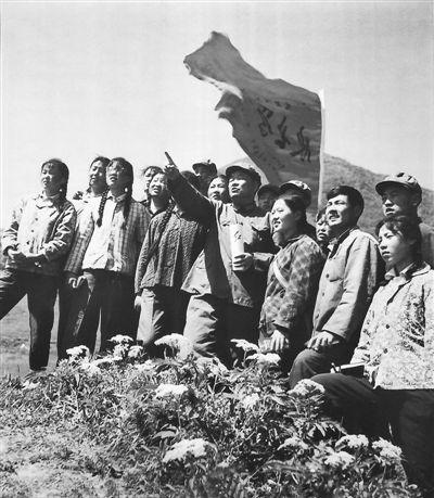 <p>  1973年,老红军李凯国在六盘山给下乡知识青年讲述长征的故事。                                   马忠义 摄</p>