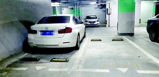 8.5万买的靠墙车位仅宽1.83米 改造后司机仍然难以下车