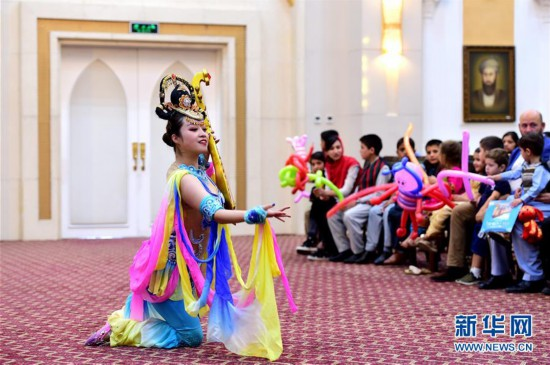 中国杂技为阿富汗孤儿带来欢乐