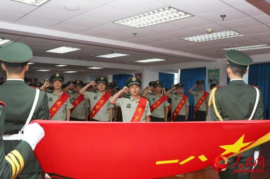武警上海总队执勤第四支队举行转业干部向军旗告别仪式