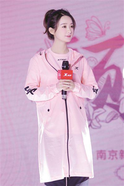 赵丽颖一身粉色亮相南京