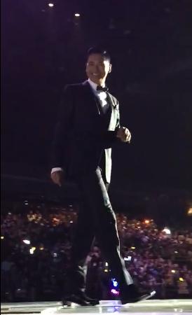 63岁发哥身材挺拔 逆天大长腿抢镜