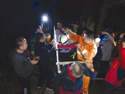 互加微信位置共享警方救出青城山坠崖游客