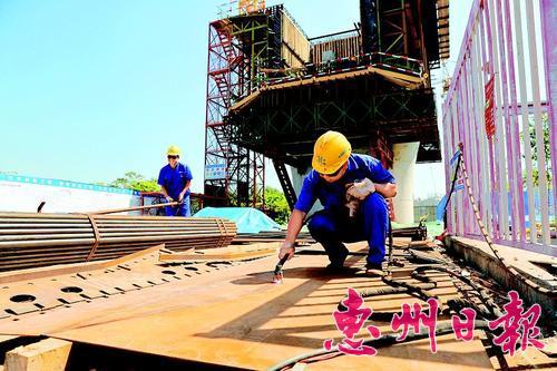 国庆假期工人在广汕铁路跨永石大道特大桥施工现场加班作业。 本报记者钟畅新 摄
