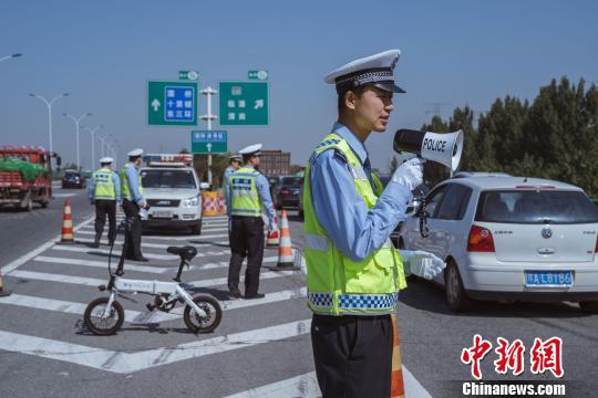 """""""十一""""长假西安高速交警共查处各类违法3540余例"""