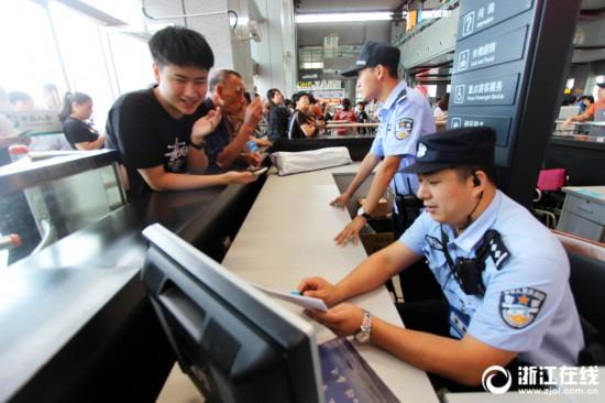 台州:国庆长假最后一天,铁警护航返程高峰