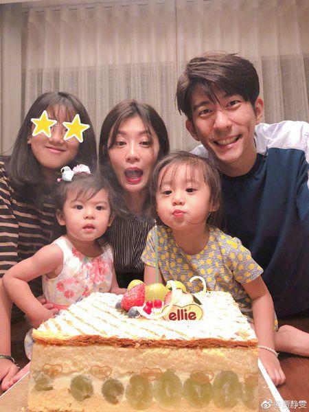 44岁贾静雯晒全家福庆生 三个女儿各个颜值高