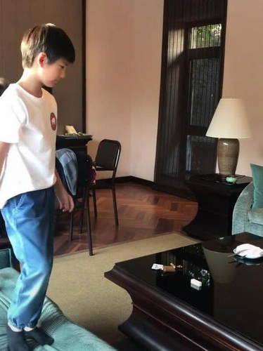 董洁素颜扎马尾低调无星架 9岁顶顶帅气似王子