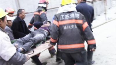男子不慎從通風管道滑落卡牆內 揚州消防隊員拆牆救人