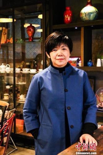 图为北京�N食堂老板李宜萤在�N食堂店内。钟欣 摄