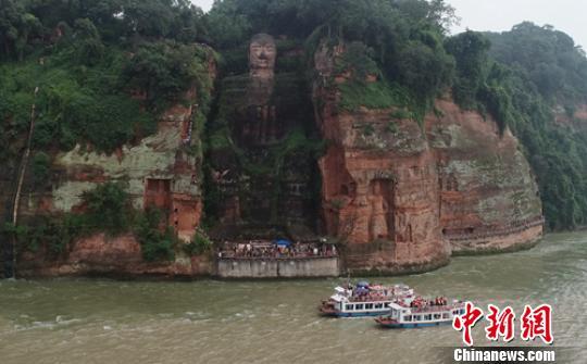 游客可乘坐游船观赏大佛。 刘忠俊 摄