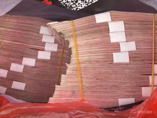 常州新北城管队员捡49万现金归还 拒收4万回报