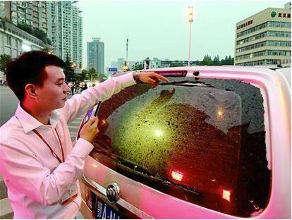 """武汉200米高楼施工时落""""玻璃雨"""" 百万豪车被砸伤"""