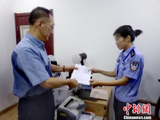 """台湾居民居住证""""初体验"""":享诸多便利 迎广阔机遇"""