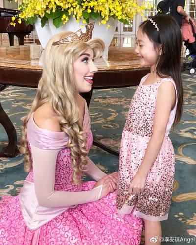"""""""公主""""相遇!奥莉穿公主裙与睡美人相视而笑"""