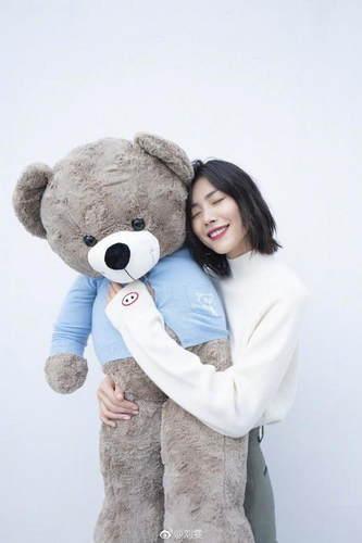 刘雯怀抱大熊玩偶道晚安 闭眼微笑很甜美