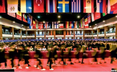 p17 北京一所国际学校举办毕业典礼,各国国旗挂满礼堂。