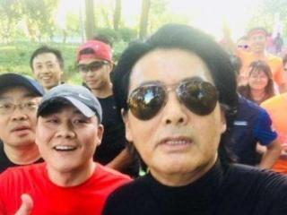 北京公园偶遇周润发晨跑,后面的大叔太抢镜,网友:郭德纲在陪跑